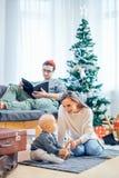 愉快的家庭母亲和使用在家圣诞节假日的婴孩小儿子 图库摄影