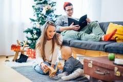 愉快的家庭母亲和使用在家圣诞节假日的婴孩小儿子 库存照片