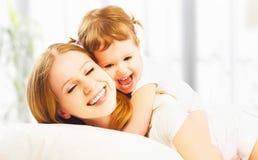 愉快的家庭母亲和儿童女儿使用的和笑的bab 免版税图库摄影