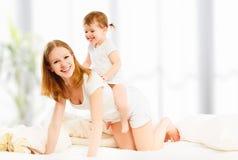 愉快的家庭母亲和儿童女儿使用的和笑的bab 图库摄影