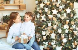 愉快的家庭母亲和儿童女儿圣诞节早晨tre的 免版税库存照片