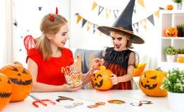 愉快的家庭母亲和儿童女儿服装的hallowe的 库存照片