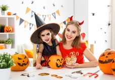 愉快的家庭母亲和儿童女儿服装的hallowe的 图库摄影