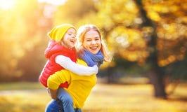 愉快的家庭母亲和儿童女儿秋天走 图库摄影