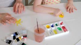 愉快的家庭母亲和儿童女孩在家绘油漆 股票录像