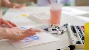 愉快的家庭母亲和儿童女孩在家绘油漆 影视素材