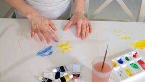 愉快的家庭母亲和儿童女孩在家绘油漆 股票视频