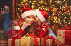 愉快的家庭母亲和儿童女孩有圣诞节礼物的 免版税图库摄影