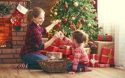 愉快的家庭母亲和儿童女孩装饰了圣诞树 库存照片