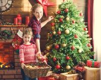 愉快的家庭母亲和儿童女孩装饰了圣诞树 免版税库存照片
