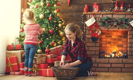 愉快的家庭母亲和儿童女孩装饰了圣诞树 库存图片