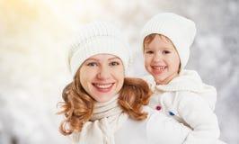 愉快的家庭母亲和儿童小女儿在一个冬天走 库存照片