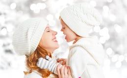愉快的家庭母亲和儿童小女儿在一个冬天走 库存图片