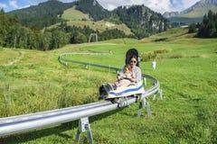 愉快的家庭母亲和儿童小女儿夏天雪橇的 免版税库存图片