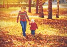 愉快的家庭母亲和儿童小女儿秋天走 免版税图库摄影