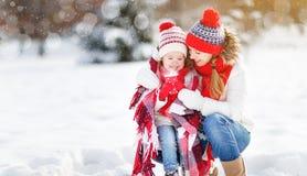 愉快的家庭母亲和孩子冬天步行饮用的茶的 库存照片