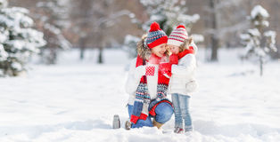 愉快的家庭母亲和孩子冬天步行饮用的茶的 库存图片