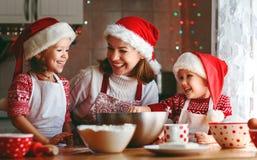 愉快的家庭母亲和孩子烘烤圣诞节的曲奇饼 免版税图库摄影