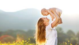 愉快的家庭母亲和小儿子本质上在夏天 免版税库存照片