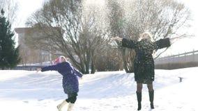 愉快的家庭母亲和获得儿童的女儿乐趣,使用在冬天步行户外 股票录像