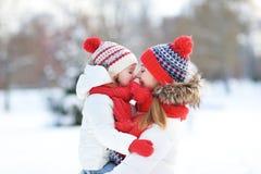 愉快的家庭母亲和获得儿童的女儿乐趣,使用在wi 免版税库存照片