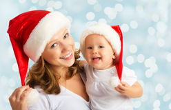 愉快的家庭母亲和婴孩圣诞节帽子的 库存图片