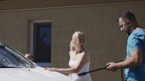 愉快的家庭洗涤的汽车一起 股票录像