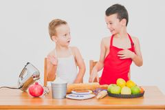 愉快的家庭滑稽的孩子准备苹果饼,在白色背景 图库摄影