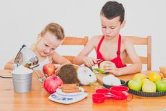 愉快的家庭滑稽的孩子准备苹果饼,在白色背景 免版税库存图片