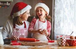 愉快的家庭烘烤圣诞节曲奇饼 图库摄影