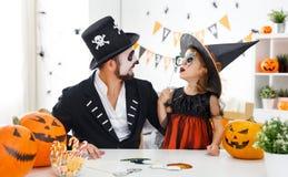 愉快的家庭父亲和儿童女儿服装的hallowe的 免版税库存照片