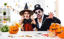愉快的家庭父亲和儿童女儿服装的hallowe的 免版税库存图片