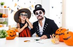 愉快的家庭父亲和儿童女儿服装的hallowe的 库存照片