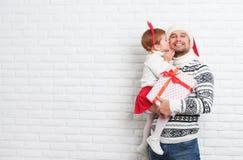 愉快的家庭父亲和孩子有礼物的在圣诞节亲吻 图库摄影