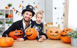 愉快的家庭父亲和小儿子服装的为万圣夜在 免版税库存图片