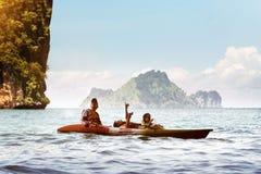 愉快的家庭父亲母亲儿子划皮船的海泰国 图库摄影