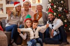 愉快的家庭画象在圣诞节帽子的 免版税图库摄影