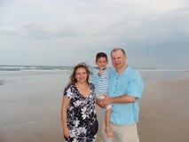 在海滩的家庭 库存照片