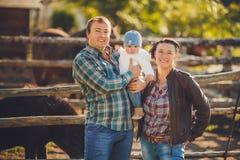 年轻愉快的家庭获得乐趣在乡下 库存图片