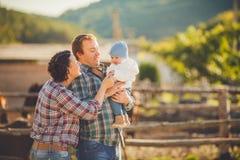 年轻愉快的家庭获得乐趣在乡下 库存照片