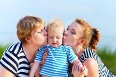 愉快的家庭获得乐趣在海滩 图库摄影