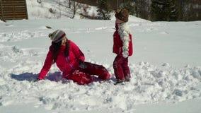 愉快的家庭获得使用的乐趣在山的一个多雪的森林在冬天 与她的儿子的妈妈戏剧雪球的 股票录像