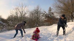 愉快的家庭获得使用的乐趣在雪 股票录像