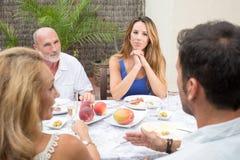 愉快的家庭谈话在庭院里 免版税图库摄影