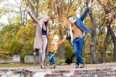 愉快的家庭通过公园冬天森林走 库存图片