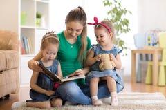 愉快的家庭阅读书在家 图库摄影