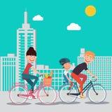 愉快的家庭骑马自行车在城市 免版税库存照片