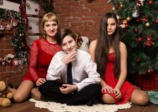 愉快的家庭,有两个孩子的母亲在cristmas树旁边在圣诞节 免版税库存图片