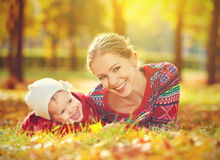愉快的家庭:使用和笑在秋天的母亲和儿童小女儿 库存图片