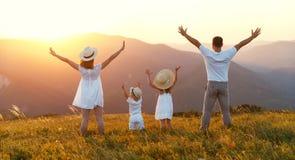 愉快的家庭:母亲、父亲、sunse的孩子儿子和女儿 免版税库存图片